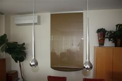 Durchreiche mit vertikal-Schiebetür in Glas und Glasblende rückseitig Goldfarben lackiert.