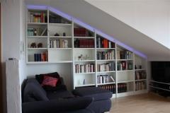 Einbauregal unter Dachschräge mit LED (RGB)-Beleuchtung. Oberfläche deckend weiss lackiert