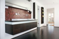Badezimmereinrichtung, Holzart dunkel gebeizt und Glas rückseitig weiss lackiert. Die Möbel sind in die Wand eingelassen um mehr Stauraumtiefe zu erzielen.