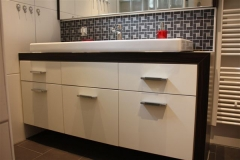 Waschtisch mit Spiegelschrank - Oberfläche Makasar Dekor/ deckend weiss lackiert