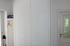 Kleiner Schuhschrank, Front mit Rückseitig lackiertem Glas. Korpus deckend weiss lackiert
