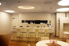 Loungemöbel mit Thekenanlage und Gläserschrank