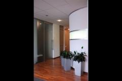 Ausbau eines Beautystudios mit Parkettboden, Wänden mit Wechsellicht, Einbaumöbeln, Glasarbeiten