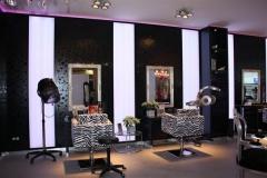 Ausbau eines Friseuergeschäftes mit Wand u. Säulenverkleidungen, Arbeitsplätzen, Theke und LED-Leuchtelementen