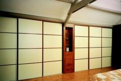 Einbauschrank mit Schiebetüren und lackierten Holzfüllungen (DM-Line)