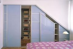 Schiebetüranlage, begehbarer Kleiderschrank unter Dachschräge Füllungen in lackiertem Glas (DM-Line)