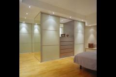 Einbauschränke und Raumteiler mit Alurahmenschiebetüren, mit lackierten Glasfüllungen (DM-Line)
