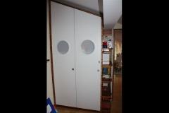 Kleiderschrank im Kinderzimmer, mit Bullaugen, Holzart : deckend weiss lackiert/ Zebrano Echtholz