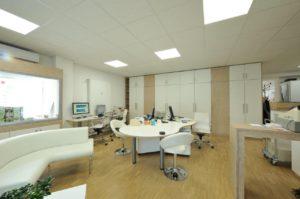 Büro mit Arbeitsplätzen und Einbauschränken